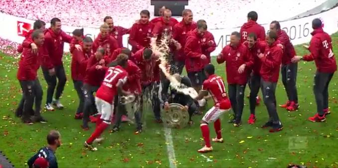 巴伐利亚王朝每次夺冠后的啤酒浴都是经典场景!