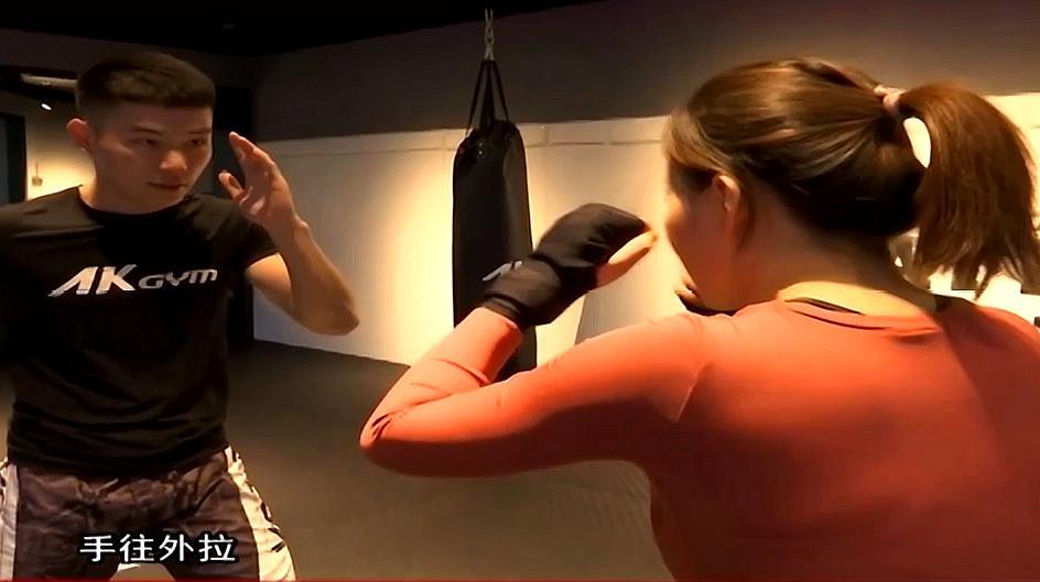 拳击!妹子进行拳击训练,不仅能锻炼身体减肥塑形,还能防身