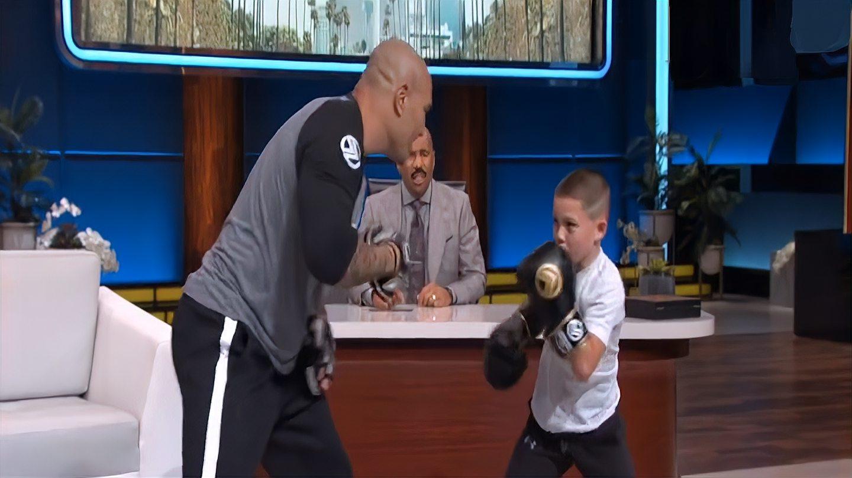 11岁的小拳击手,小小年纪拳速惊人,主持人在一旁看得目瞪口呆