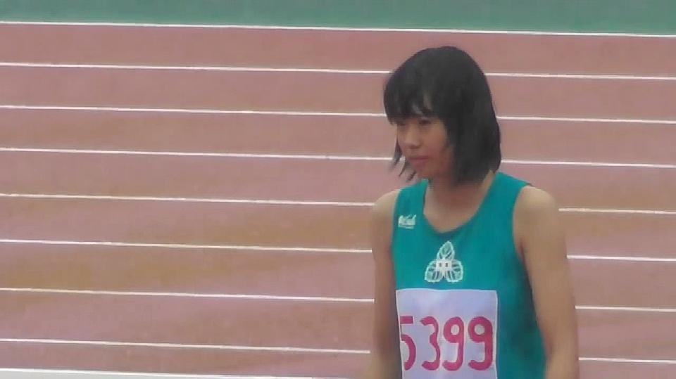日本田径比赛:全身被打湿的女子高中生