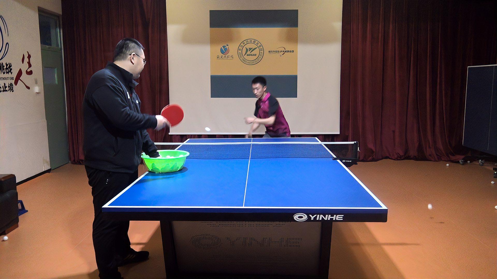打乒乓球移动时,是脚先动还是躯干先动?