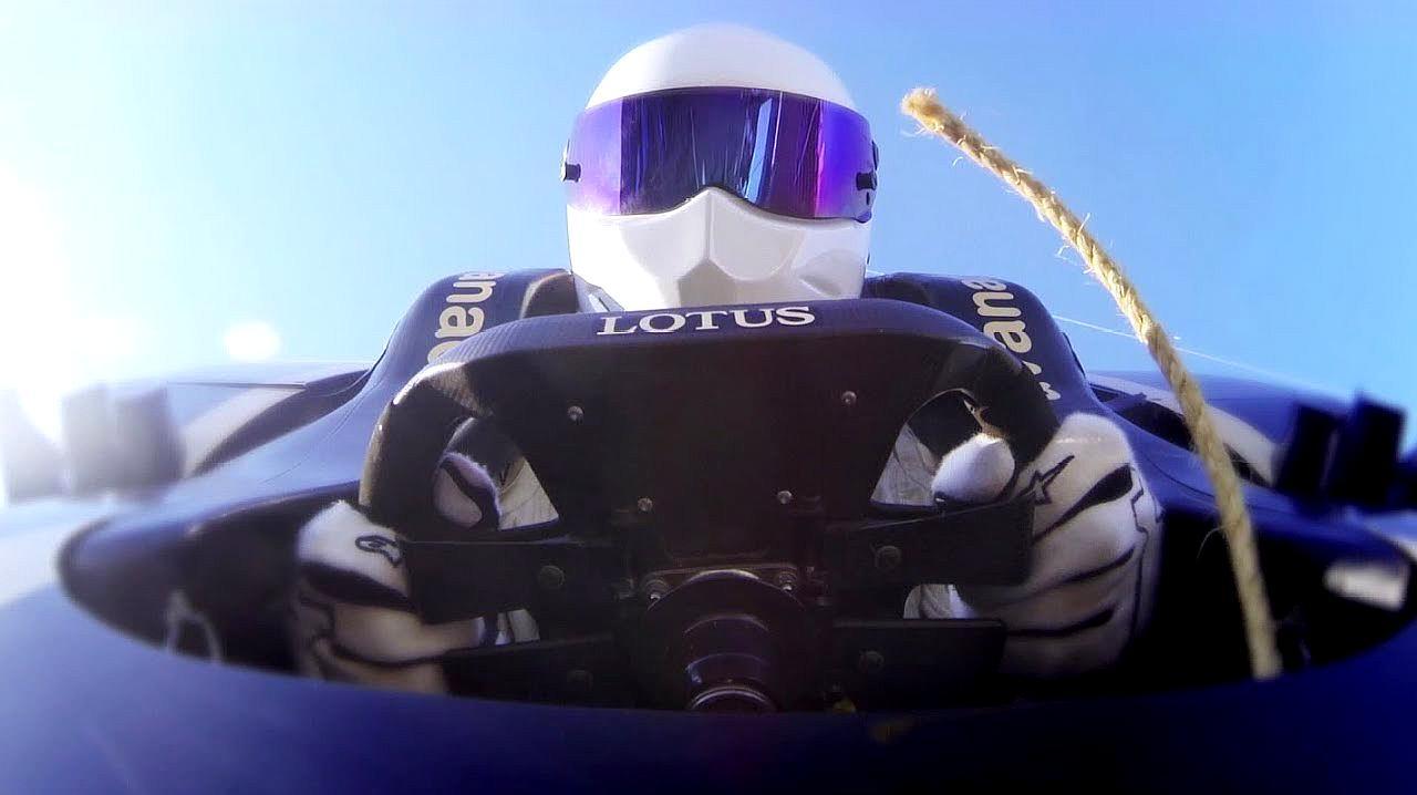 牛人开着F1赛车玩蹦极,从30层楼高跳下,只差1厘米就挨到地面